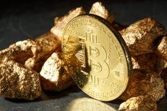 Moneda de Bitcoin y montón de oro del oro Cryptocurrency de Bitcoin imagenes de archivo
