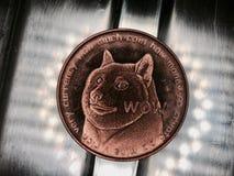 Moneda de cobre amarillo del dogecoin Imagen de archivo