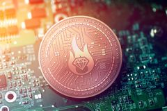 Moneda de cobre brillante del cryptocurrency del MULTIMILLONARIO en fondo borroso de la placa madre fotografía de archivo libre de regalías
