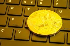 Moneda de Cryptocurrency en el teclado de ordenador imágenes de archivo libres de regalías