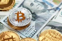 Moneda de Digitaces Moneda de Bitcoin en billetes de dólar foto de archivo