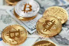 Moneda de Digitaces Moneda de Bitcoin en billetes de dólar fotografía de archivo