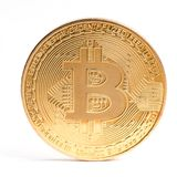 Moneda de Digitaces Cryptocurrency Bitcoin de oro aislado en el fondo blanco Moneda física del pedazo Imagenes de archivo