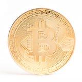Moneda de Digitaces Cryptocurrency Bitcoin de oro aislado en el fondo blanco Moneda física del pedazo Imagen de archivo libre de regalías