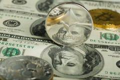 Moneda de Ethereum con el otro cryptocurrency en notas del dólar fotografía de archivo