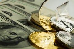 Moneda de Ethereum con el otro cryptocurrency en notas del dólar fotografía de archivo libre de regalías