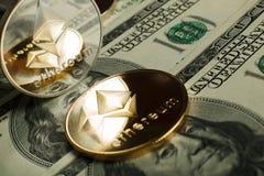 Moneda de Ethereum con el otro cryptocurrency en notas del dólar imagen de archivo
