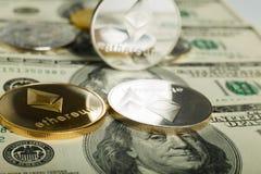 Moneda de Ethereum con el otro cryptocurrency en notas del dólar foto de archivo libre de regalías