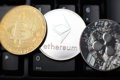 Moneda de Ethereum con el otro cryptocurrency en el teclado imágenes de archivo libres de regalías