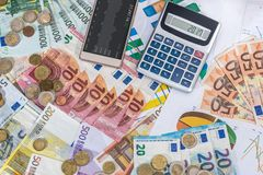 Moneda de la calculadora y del euro que miente en euro Fotos de archivo libres de regalías