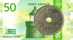 moneda de la corona noruega 5 contra nuevo billete de banco de la corona noruega 50 fotografía de archivo libre de regalías