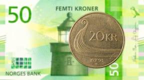 moneda de la corona noruega 20 contra nuevo billete de banco de la corona noruega 50 imagen de archivo libre de regalías