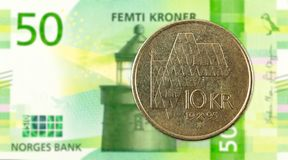 moneda de la corona noruega 10 contra nuevo billete de banco de la corona noruega 50 fotografía de archivo libre de regalías