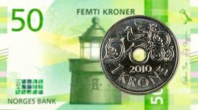 1 moneda de la corona noruega contra nuevo billete de banco de la corona noruega 50 foto de archivo