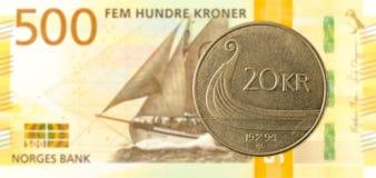 moneda de la corona noruega 20 contra nuevo billete de banco de la corona noruega 500 fotografía de archivo libre de regalías