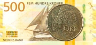 moneda de la corona noruega 10 contra nuevo billete de banco de la corona noruega 500 foto de archivo libre de regalías