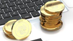 Moneda de la iota, alternativa del bitcoin, en un ordenador portátil metálico, cierre para arriba Fotografía de archivo