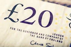 Moneda de la libra, dinero, billete de banco Moneda inglesa Billetes de banco BRITÁNICOS de diversos valores apilados en uno a Fotos de archivo libres de regalías
