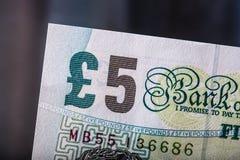 Moneda de la libra, dinero, billete de banco Moneda inglesa Billetes de banco BRITÁNICOS de diversos valores apilados en uno a Foto de archivo libre de regalías