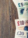 Moneda de la libra, dinero, billete de banco Moneda inglesa Billetes de banco BRITÁNICOS de diversos valores apilados en uno a Foto de archivo