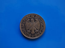 1 moneda de la marca, Alemania sobre azul Imagen de archivo