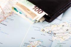 Moneda de la unión europea en una cartera en un fondo del mapa Imágenes de archivo libres de regalías