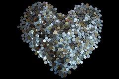 Moneda de las porciones del baht tailandés dispuesta en forma del corazón encendido con textura negra del fondo, la inversión y e fotos de archivo libres de regalías