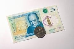 Moneda de libra británica en billetes de banco de la libra británica Imagen de archivo libre de regalías