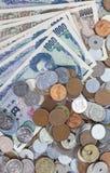 Moneda de los billetes de banco de los yenes japoneses y de los yenes japoneses Imagen de archivo