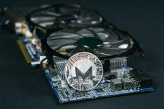 Moneda de Monero en GPU, explotación minera de Cryptocurrency usando tarjetas gráficas imagen de archivo libre de regalías