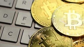 Moneda de oro de Bitcoin almacen de metraje de vídeo