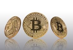 Moneda de oro de Bitcoins en fondo gris claro stock de ilustración