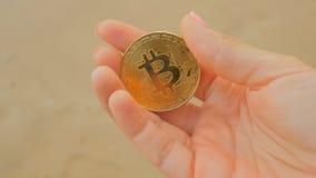 Moneda de oro de BTC como símbolo del dinero virtual electrónico a disposición metrajes