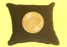 Moneda de oro de Bitcoin en la almohada negra Fotografía de archivo libre de regalías