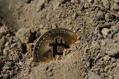 Moneda de oro del bitcoin cubierta en arcilla imágenes de archivo libres de regalías