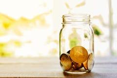Moneda de oro en el tarro de cristal, pila de la moneda de Bitcoin de bitcoin de los cryptocurrencies aislada en el fondo blanco, imagen de archivo libre de regalías
