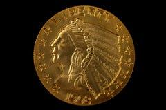 Moneda de oro en negro Fotos de archivo libres de regalías