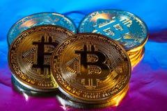 Moneda de oro física del bitcoin de Cryptocurrency en backgrou colorido Imagen de archivo libre de regalías