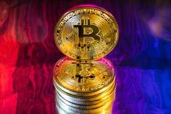 Moneda de oro física del bitcoin de Cryptocurrency en backgrou colorido Imagen de archivo