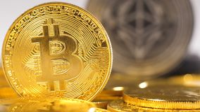 Moneda de oro de Which Can Replace de Cryptocurrency del modelo macro del negro metrajes