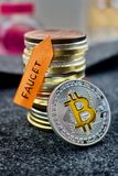 Moneda de plata del bitcoin y flecha anaranjada del grifo Foto de archivo