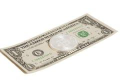 Moneda de plata del bitcoin y un billete de banco del dólar Foto de archivo