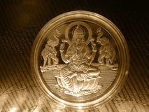 Moneda de plata del vintage del metal del oro con dios hindú foto de archivo