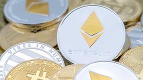 Moneda de plata de Ethereum del metal físico sobre otras monedas Cryptocurrency imágenes de archivo libres de regalías
