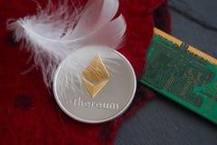 Moneda de plata de Ethereum que miente en las lanas rojas fotos de archivo