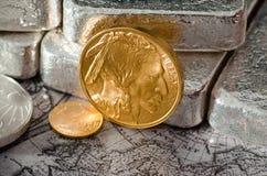 Moneda del búfalo del oro de Estados Unidos con las barras de plata y el mapa imagen de archivo