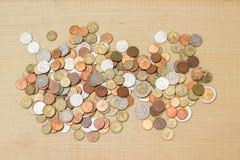Moneda del baht tailandés de la pila en fondo de la madera contrachapada Fotos de archivo libres de regalías