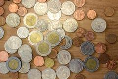 Moneda del baht tailandés en piso de madera Fotos de archivo libres de regalías