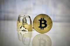 Moneda del bitcoin del oro - pagos seguros Fotografía de archivo