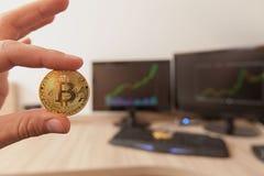 Moneda del bitcoin del oro Imágenes de archivo libres de regalías